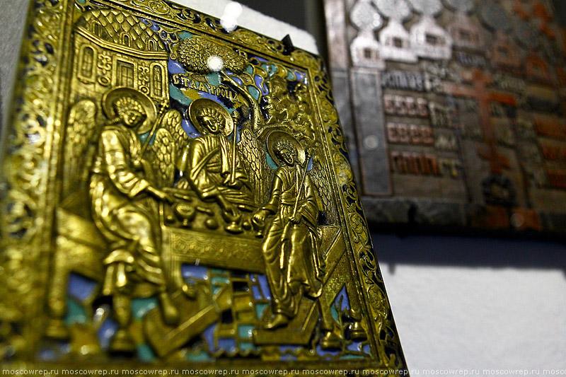 Московский репортаж, Москва, Коломенское, Апостол, книга title=